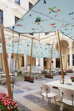This year Nicole Uniquole, curator at Masterly – The Dutch in Milano, commissioned Edward van Vliet for the design of the lively courtyard at the Palazzo Francesco Turati.