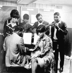 Diana Ross, Mary Wilson, Eddie Holland, Brian Holland, Lamont Dozier et Florence Ballard (Supremes)