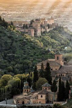 La Alhambra y la Abadía del Sacromonte, Granada (España) Places In Europe, Places To Travel, Places To Visit, Great Places, Beautiful Places, Travel Around The World, Around The Worlds, Europe Holidays, Le Palais