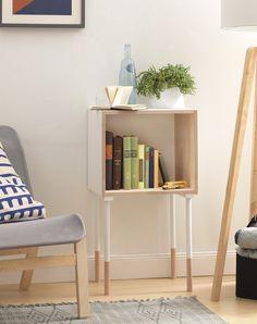 Eine einfache Holzkiste ist im Handumdrehen in ein stylisches Regal verwandelt, dass durch farbige Beine einen besonderen Pfiff bekommt.