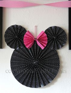 Minnie Mouse decoration made out of paper pinwheels - great DIY idea Minnie Mouse Birthday Decorations, Minnie Mouse Theme, Minnie Mouse Baby Shower, Mickey Mouse Parties, Pink Minnie, Mickey Party, Mickey Mouse Birthday, Pink Decorations, Minnie Mouse Birthday Invitations