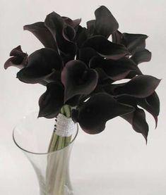 All-black floral bouquet #wedding #goldblack #black #bouquet #flowers