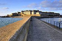 La digue de Saint Malo, appelée Môle des Noires, est une jetée de 500 mètres de long. Le môle est ainsi nommé car c'est de cet endroit que l...