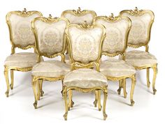 Juego de pareja de sillones, sofá, seis sillas, pareja de taburetes y mesa de centro modernistas estilo Luis XV en madera tallada y dorada, hacia 1900