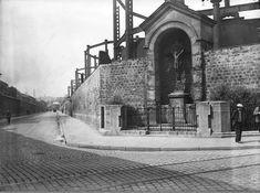 La rue de la Madone et le dernier Calvaire de Paris (encore là de nos jours), à l'angle avec la rue d'Aubervilliers, vers 1930.  Une photo de © André Kertész.
