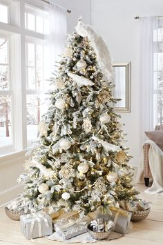Are you looking for some beautiful Christmas trees for this Christmas? Well, here is a collection of top rose and gold Christmas tree, that will make you design an outstanding Christmas tree and will make for a glamorous, glimmering display. White Christmas Tree Decorations, Luxury Christmas Tree, Silver Christmas Tree, Ribbon On Christmas Tree, Beautiful Christmas Trees, Elegant Christmas, Christmas Home, Merry Christmas, Holiday Decor
