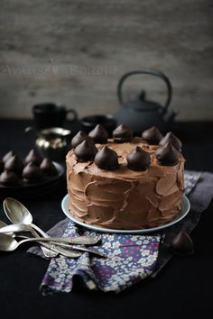 Chocolate Cake - looks like bon bons on top. Ice cream cake with bon bons on top maybe! Chocolate Shop, Chocolate Recipes, Chocolate Cake, Just Desserts, Delicious Desserts, Sweet Recipes, Cake Recipes, Yummy Treats, Sweet Treats