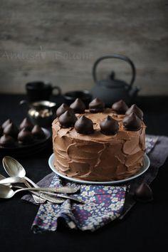 Depuis des années, je suis à la recherche du gâteau au chocolat idéal pour les gâteaux d'anniversaire. Je recherche un gâteau moelleux, une mie pas trop dense, humide, pas bourratif, qui ne fait pas trop de miettes et ne se bombe pas trop à la cuisson.........