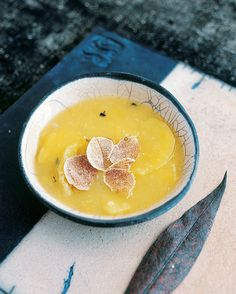 Lækker opskrift på en kartoffelsuppe med et ekstravagant pift af trøfler.