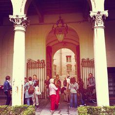 Nel Palazzo dei Diamanti c'è chi ascolta la guida e chi si scambia consigli fotografici - Instagram by @turismoer