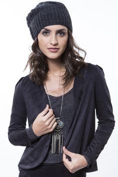 Jaqueta preta + Colar franjas comprido + Camiseta cinza  http://mhostore.com/