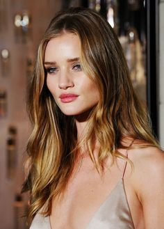 Voir le balayage blond cendré ou balayage miel sur cheveux bruns Rosie
