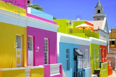 Outside of the city centre of Cape Town is the beautiful neighbourhood of Bo-Kaap with its Museum. It's known for the Islamic community and you can have a view on its history and culture. And of course everybody link with Bo-Kaap the multi-coloured houses.
