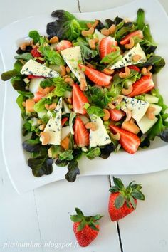 bluecheese - strawberry salad, looks SO GOOOD! Veggie Recipes, Salad Recipes, Vegetarian Recipes, Healthy Recipes, Clean Eating, Healthy Eating, Good Food, Yummy Food, C'est Bon