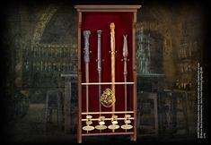 Display your favourite wand line-up with this elegant 4 wand display case. Wands not included. Name clips come boxed with Character wands. Theme Harry Potter, Harry Potter Bedroom, Harry Potter Wand, Albus Dumbledore, Wood Display, Display Case, Hermione Granger, Hermiones Wand, Collection Harry Potter