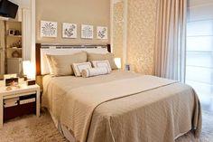 """Este quarto de casal, de 10 m², a  cabeceira da cama, destaque do ambiente, foi feita de forma diferente: """"é de madeira, varão cromado e couro sintético branco""""."""