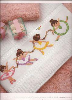 Χαριτωμένες μπαλαρίνες σε λευκή πετσέτα προσώπου.,τιμή ακέντητης πετσέτας=11 ευρώ.Πετσέτας χεριών=4 ευρώ,πετσέτας σώματος=23 ευρώ. Ολο το σέτ=37 ευρώ. τηλ:2221074152,Γιούλη Μαραβέλη.