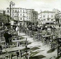 α τραπεζάκια ... έξω.. πάνω στη Πλατεία Συντάγματος. Τα πρώτα που βλέπουμε πρέπει να ήταν από τον Ζαβορίτη. Δεξιά στο βάθος η οικία Βούρου και στο ισόγειό της το Ζαχαραπλαστείο του Ζαχαράτου, το οποίο έκλεισε με βίαιο τρόπο τον 1963 εν αναμονή της κατεδάφισης του κτηρίου. Old Photos, Vintage Photos, Greece Pictures, Greece Photography, Greek History, Good Old Times, Acropolis, Athens Greece, Back In The Day