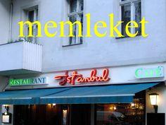 """---------- memleket ---------- memleketim, memleketin iki memleket arasında """"Bir başkadır benim memleketim"""" (Ayten Alpman in """"Memleketim"""", 1972) ---------- https://www.facebook.com/LaytmotifSprachkalender/ http://www.laytmotif.de Foto: Charlottenburg, #Berlin ---------- Heimat ---------- meine Heimat, deine Heimat zwischen zwei Heimaten """"Meine ganz besondere Heimat"""" ----------"""