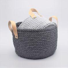 "Ribbon-kurve i ""knit stitch"" mønster, med læderhank Diy Crochet And Knitting, Crochet Home, Baby Knitting, Diy Craft Projects, Crochet Projects, Crafts, Sweet Home Design, Crochet Storage, Crochet Market Bag"