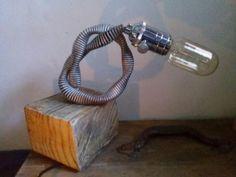 lámpara de mesa decorativa, base de madera tratada y el pie antiguo flexo. Portalámparas vintage con interruptor. Cable negro. Con encanto. 45€