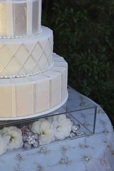 Gorgeous cake and clear stand to decorate even more!