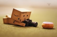 Singapore based photographer Anton Tang seems to have a terrific passion for the Danbo (cardboard box toy robot). Danbo, Miss Piggy, Cute Tumblr Pictures, Random Pictures, Funny Pictures, Cardboard Robot, Box Robot, Amazon Box, Robots Characters