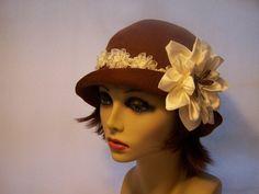 Enca ispirato marrone Cloche con fiore di MixedMediabyBridget