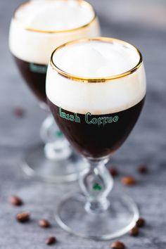 Irish coffee: scopri come preparare la famosa bevanda irlandese a base di caffè e whiskey, con un denso strato di panna in superficie. Perfetta per San Patrizio.  [Homemade Irish Coffee _ St. Patrick's Day