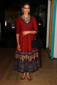 Sonam Kapoor in Shalini James Indian Gowns, Indian Attire, Indian Wear, Indian Outfits, Bollywood Outfits, Bollywood Fashion, Bollywood Saree, Kurti Designs Party Wear, Kurta Designs