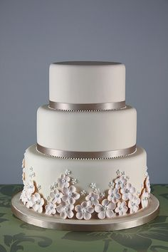 flower and pearl cake - Bing Images Types Of Wedding Cakes, Wedding Cakes With Flowers, Cake Flowers, Real Flowers, Pretty Cakes, Beautiful Cakes, Amazing Cakes, Pearl Anniversary, Anniversary Cakes