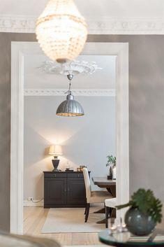 Bislett/St.Hanshaugen - Klassisk og gjennomgående 3(4)-roms i 3. etasje med stukkatur og rosetter. Biloppstillingsplasser, balkong og peis. Ingen dok.avgift. | FINN.no
