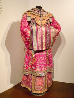 Inside the Peranakan Museum – traditional Peranakan attire. The Penarakan are the descendants of early Chinese immigrants who settled in Melaka and married Malay women.