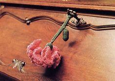 Schemi uncinetto: un garofano rosso come portachiavi