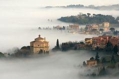 La chiesa del Crocefisso immersa nella nebbia