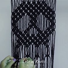 DIY Macrame Tutorial for Beginners - Macrame Skull! Macrame Design, Macrame Art, Macrame Projects, Micro Macrame, Macrame Wall Hanging Patterns, Macrame Plant Hangers, Macrame Patterns, Knitting Patterns, Rope Crafts