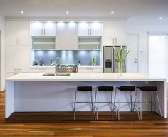 weiße Küche Beleuchtung blaue Küchenrückwand Glas