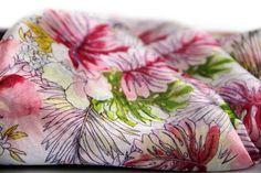 Qu'il est beau et charme ce sublime foulard en soie douce de couleur rose aux motif exotique de