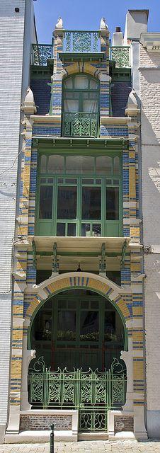 Art Nouveau architecture: Rue Luther 28, Bruxelles. Architecte: Gustave STRAUVEN, Bruxelles (hva)