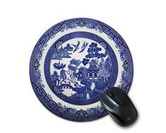 Anyone who loves vintage style will appreciate this pretty round Blue Willow mouse pad.