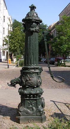 BERLIN-Moabit. wunderschöne alte Hand-Wasserpumpe (Nr 63, vor Wilhelmshavenerstrasse 66) Diese Art von Wasserpumpen standen früher überall in Berlin. Wir haben sie als Kinder geliebt - und als Erwachsene auch :-)