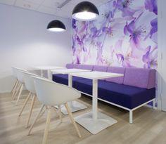 Iskun Syke-sohvaan ja Osio-pöytiin on yhdistetty Isku Avec -malliston tuoleja.