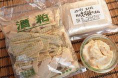 発酵食品が注目される中、1年中簡単に手に入り、汎用性も高い酒粕。 酒粕は日本酒を造り出す工程で生まれる副産物ですが、古くから甘酒や漬物などに使われ親しまれてきました。  日本酒の売上の低迷により日本の食卓から消えつつあることが危惧されてきましたが、近年の蔵元の努力により日本酒の良さが見直され、あわせて酒粕の持つその高い健康効果と汎用性が改めて注目されるようになってきました。 酒粕は日本酒の製造工程で出る「絞り粕」のこと。 酒を仕込んだ際に出来る「もろみ」を搾った後に残ったものが酒粕です。 一部のスーパーでも扱いがありますが、いざ買ってみたものの「一体どうやって使えばいいのかわからない」。 そんな風に思われる読者の方も多いのではないでしょうか。 日本酒を造る目的以外では必要のないものとされ、産業廃棄物として処理されることも多い酒粕ですが、実は現在の飽食社会の前の時代には大変貴重な食材であり、大切な栄養源でもあったのです。 まずは酒粕のメリットについてお話ししていきます。 酒粕のメリット 今最も注目の成分、レジスタントプロテインが豊富 レジスタントプロテインは今最も話題の健康成分。…
