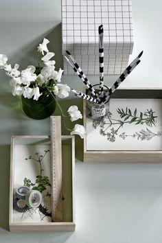 Pres blomster, og udstil dem i smukke, hjemmelavede glasrammer. Vælger du hvide og grønne blomster og græsser, får du et enkelt og stilrent udtryk. Ønsker du mere fart og sjov over feltet, så prøv med gaffatape i en pangfarve og kulørte blomster. Mal gerne væggen bag billed-erne i en smuk nuance, så bliver udtrykket optimalt.