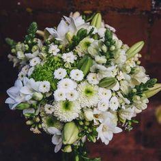 O bouquet da T* foi em tons de verde e branco e ficou perfeito! #reportagem #bride #flowers #wedding #inspiration #bouquet #atevelhinhos