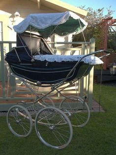 Coach built pram with sun canopy. I used to have one like this many years ago for my babies. Pram Stroller, Baby Strollers, Baby Prams, Pram For Baby, Travel Systems For Baby, Vintage Pram, Baby Bike, Prams And Pushchairs, Baby Buggy