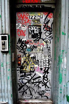 - street art - News Graffiti Font, Graffiti Wall, Street Art Graffiti, Tumblr Wallpaper, Screen Wallpaper, Dark Wallpaper, Arte Grunge, Graffiti Photography, Street Art News