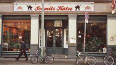 Mitten in Kreuzberg, zwischen den U-Bahn-Stationen Moritzplatz und Kottbusser-Tor, liegt die Bierkneipe Schmitz Katze. Diese urige Kneipe erfreut sich bei Berliner Urgesteinen großer Beliebtheit. #Berlin #Bars