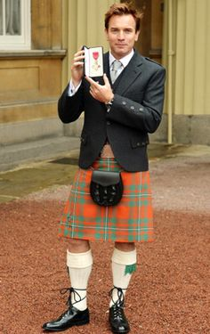 ユアン・マクレガー、キルト姿で大英帝国勲章を受勲