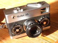 The Rollei 35 is not a rangefinder camera, like the Olympus XA, you have to focusing with their collapsed lens with experience (luck)